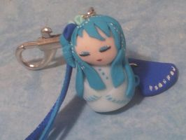 Porte cle ou bijou de sac kokeshi bleu by Lillycherry-Creation