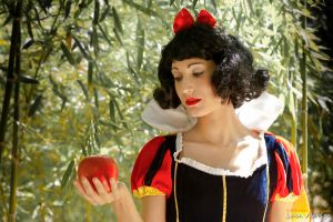 Snow White: so irresistible by Bewitchedrune