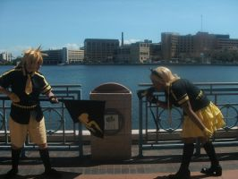 Rin and Len Kagamine 5 ~ Metrocon 2012 by DespicablyAwesome