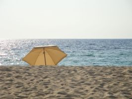 umbrela in white sand by ijographicz