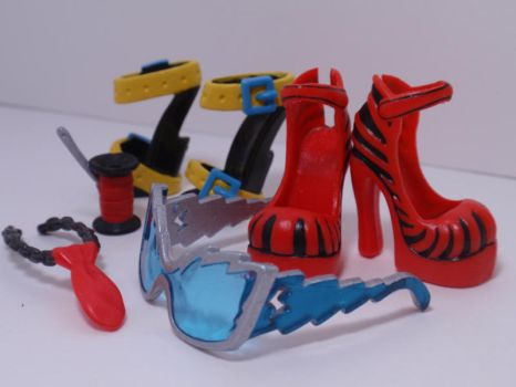 Painted Monster High Accessories: Frankie Suite by almightyhat
