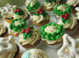 Christmas Mini Cupcakes by SkuttyWan