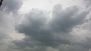 Cumulus towers (May 10, 2014 thunderstorm 1/3) by LordFrankeh