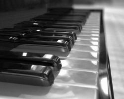 Piano - B+W by krazykarl