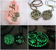 Captain's Clockwork Charm - Glow in the Dark by Tsurera