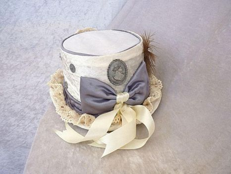 White-silver Victorian top hat  back by Serata