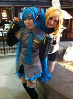 Hatsune Miku and Kagamine Rin Cosplay by LovingLen4Life