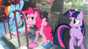 Rainbow Dash and Pinkie Pie are playing DDR by alerkina2