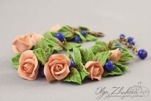 Bracelet with roses made of polymer clay and blue by polyflowers