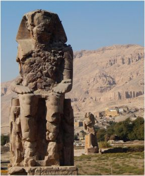 Colossi of Memnon by sindarelf