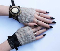 Set of mittens and bracelet by Pinkabsinthe