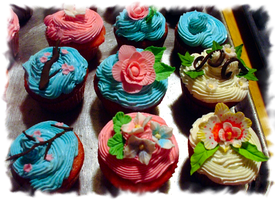 Gumpaste Flower Cupcakes by EruwaedhielElleth