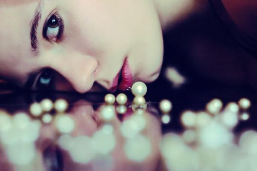 girl with pearls by izabelaamelia