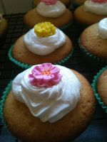 Flower cupcakes by CrIms0nCloVeR
