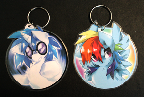DJ PON-3 and Rainbow Dash keychains by Jeniak