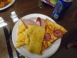 Pizza, garlic bread, ham and mac and cheese by mylesterlucky7