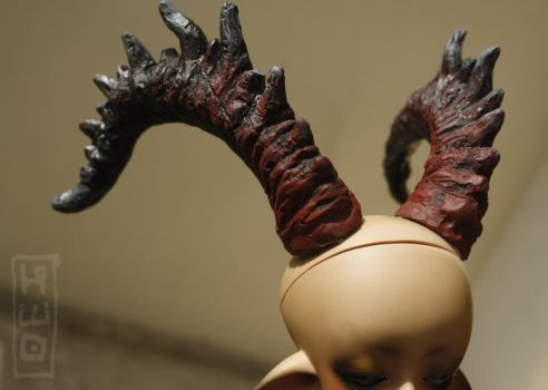 big evil horns in a small head by hikigane